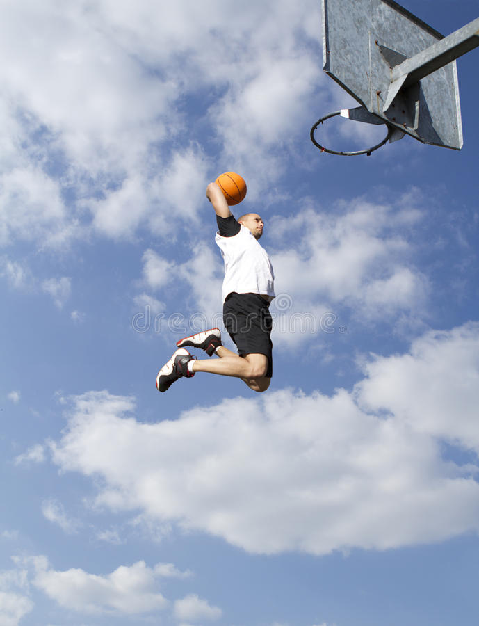 Le ciel de basket-ball trempent image stock