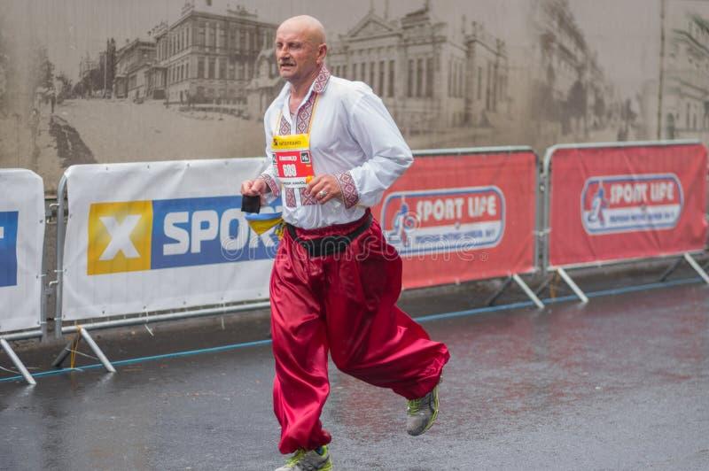 Équipez le costume national ukrainien de port Sirwal et le vyshivanka fonctionnant pendant course de ` de marathon d'Interipe Dni photographie stock