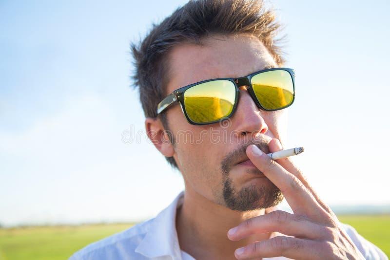 Download Équipez le fumage photo stock. Image du loin, mode, cigarette - 45371738