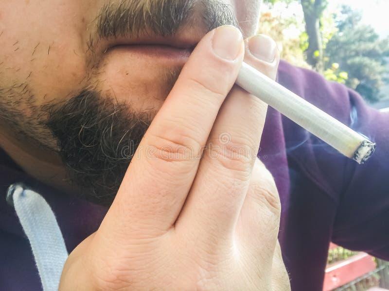 Équipez le fumage photos stock