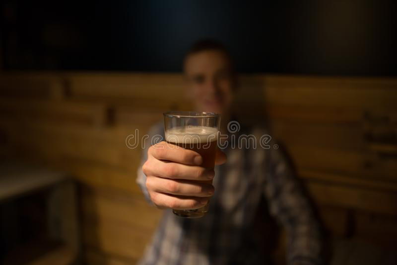 Équipez le grillage avec de la bière de métier dans un bar photo stock