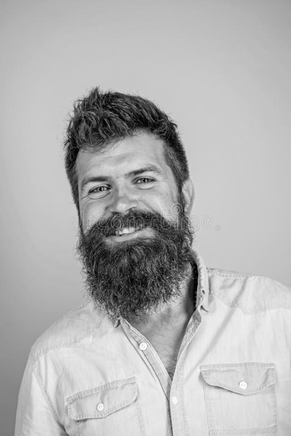 Équipez le hippie barbu heureux avec le fond de sourire de bleu de visage de moustache La barbe saine est résultat de l'alimentat photographie stock libre de droits