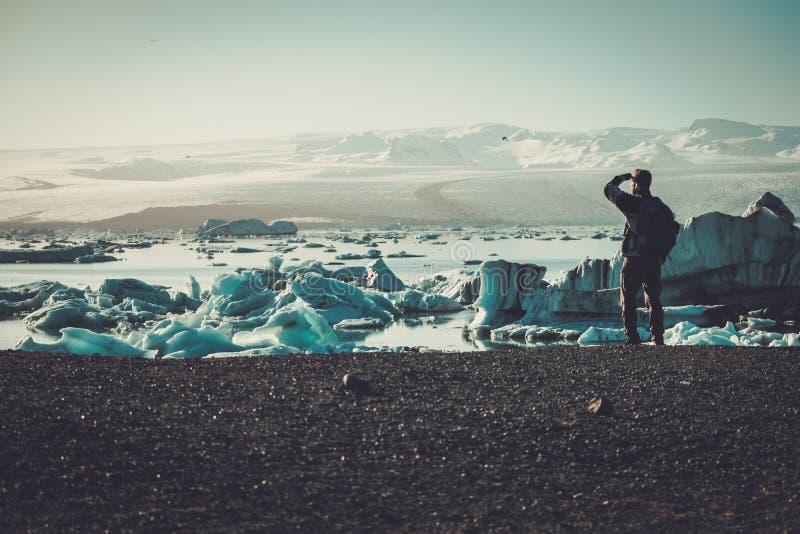 Équipez le lookig d'explorateur à la lagune de Jokulsarlon, Islande image stock