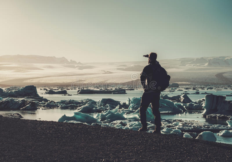 Équipez le lookig d'explorateur à la lagune de Jokulsarlon, Islande photos libres de droits