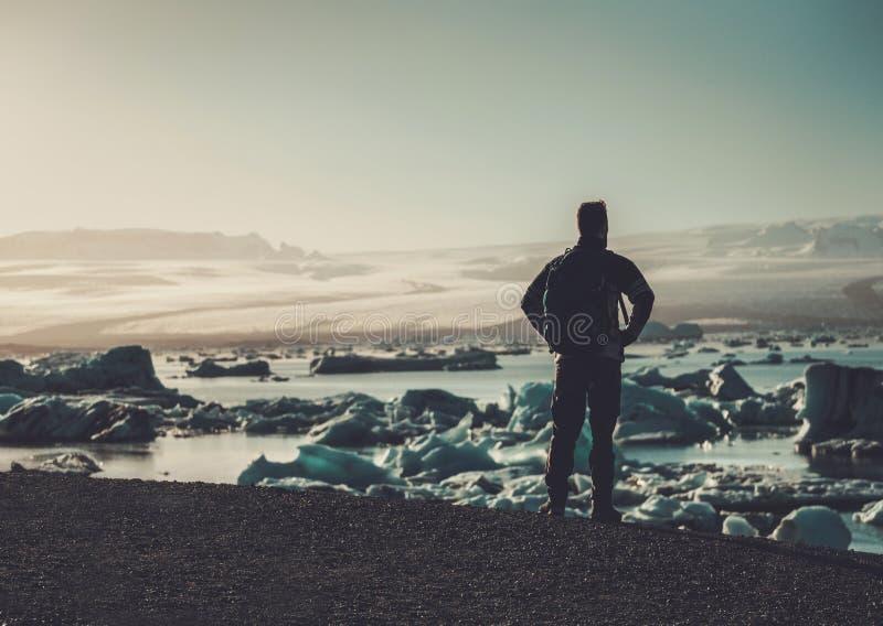 Équipez le lookig d'explorateur à la lagune de Jokulsarlon, Islande photo stock