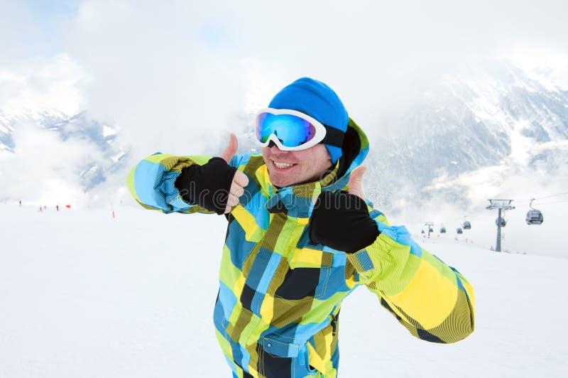 Équipez le matériel s'usant de ski, souriant sur la pente photographie stock