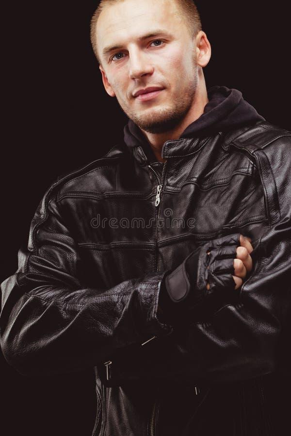 Homme utilisant la veste en cuir noire photos libres de droits
