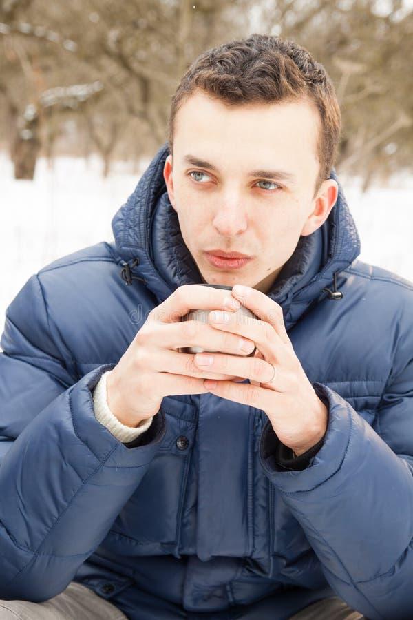 Homme réchauffant avec le thé chaud images stock