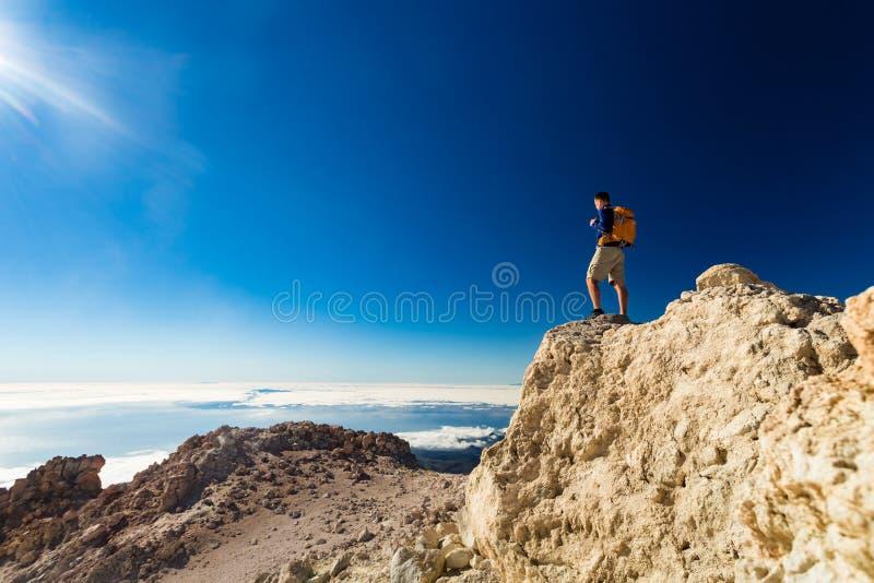 Équipez le randonneur de touristes ou traînez le coureur regardant la vue image stock