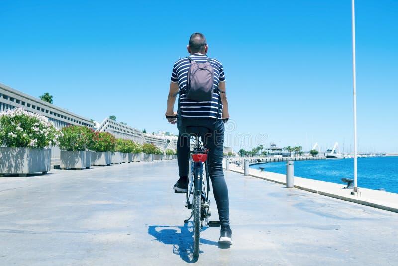 Équipez le recyclage par le port de Valence, Espagne photographie stock libre de droits