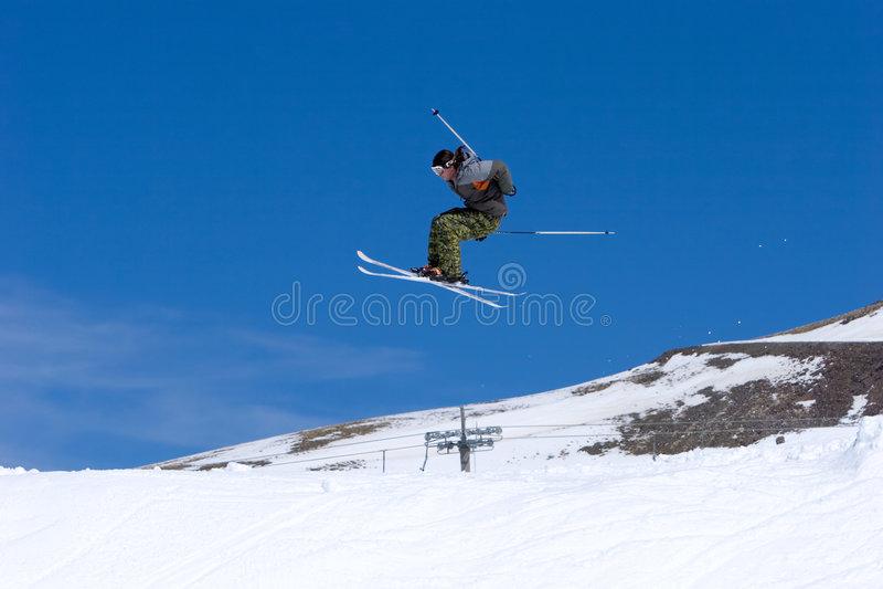 Équipez le ski sur des pentes de station de sports d'hiver de Pradollano en Espagne photos libres de droits