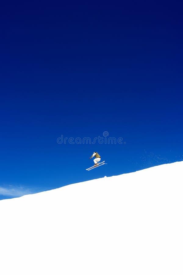 Équipez le ski sur des pentes de station de sports d'hiver de Pradollano en Espagne image stock