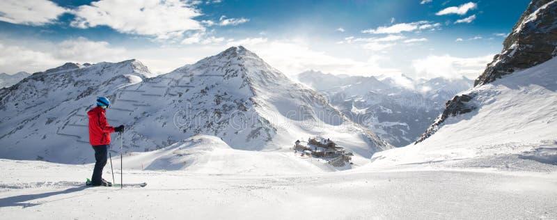 Équipez le ski sur la pente préparée avec la nouvelle neige fraîche de poudre dans A image stock