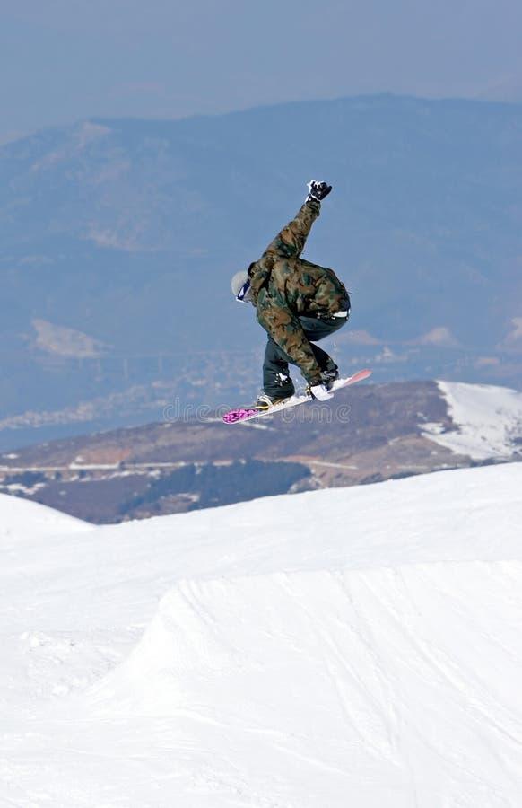 Équipez le snowboarding sur des pentes de station de sports d'hiver de Pradollano en Espagne images stock