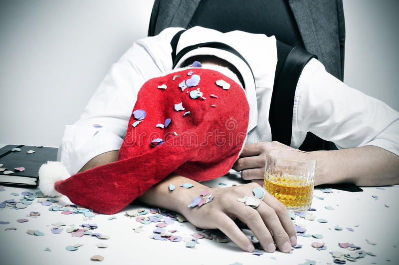 Équipez le sommeil dans le bureau après une fête de Noël photos stock