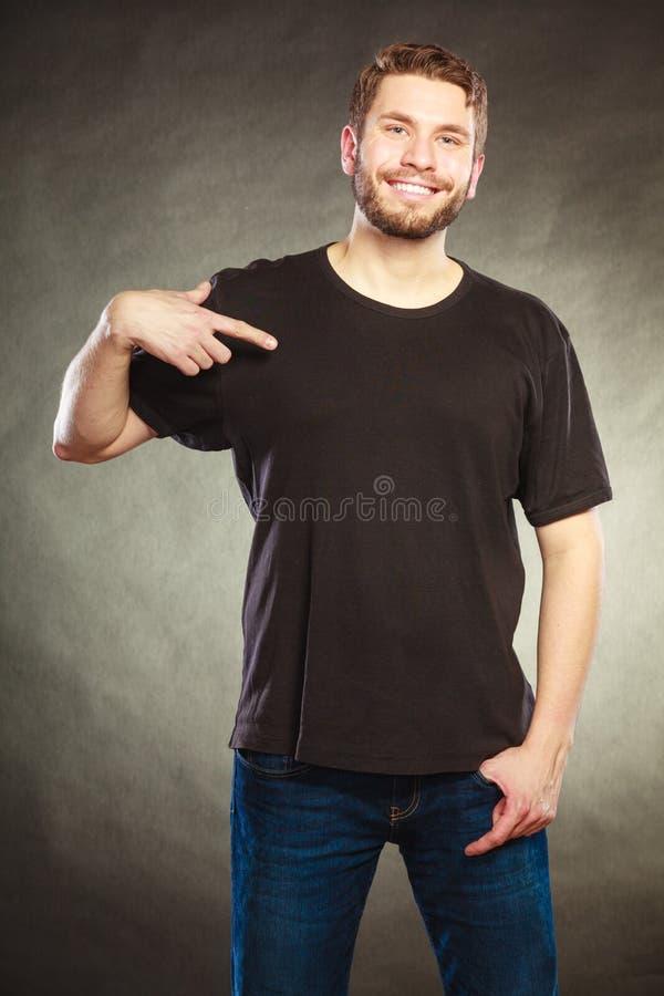 Équipez le type dans la chemise vide avec le pointage de l'espace de copie photo stock