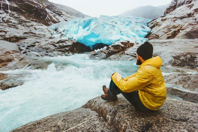 Équipez le vagabond détendant seul le déplacement au glacier de Nigardsbreen en Norvège images libres de droits