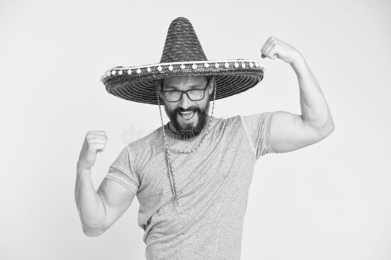 Équipez le visage gai dans le chapeau de sombrero posant avec le fond fort de jaune de geste de muscles de biceps Concept mexicai photo libre de droits