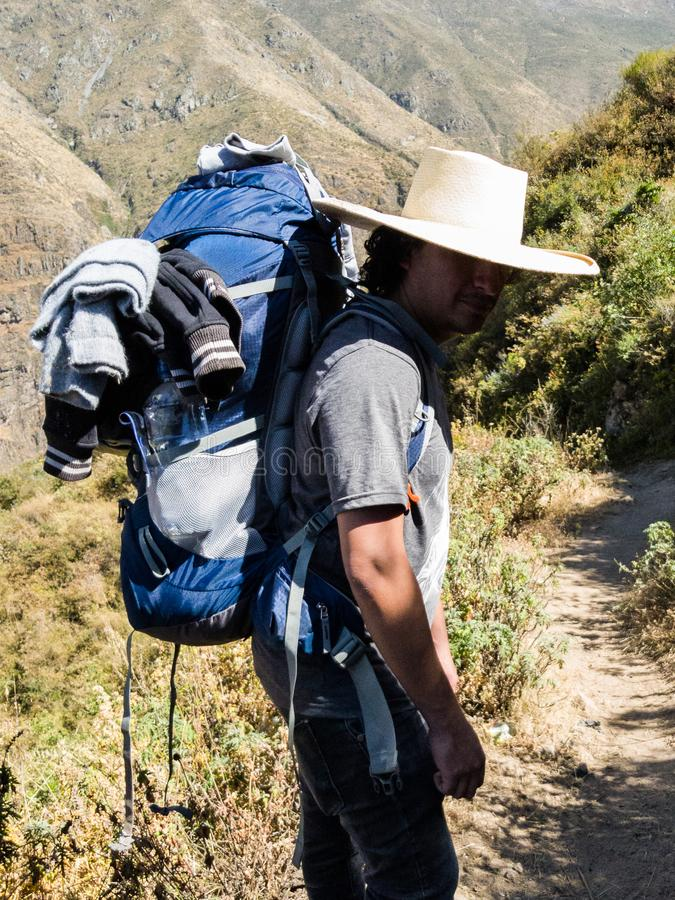 Équipez le voyageur avec le chapeau et le sac à dos augmentant le mode de vie de voyage de montagnes photos libres de droits