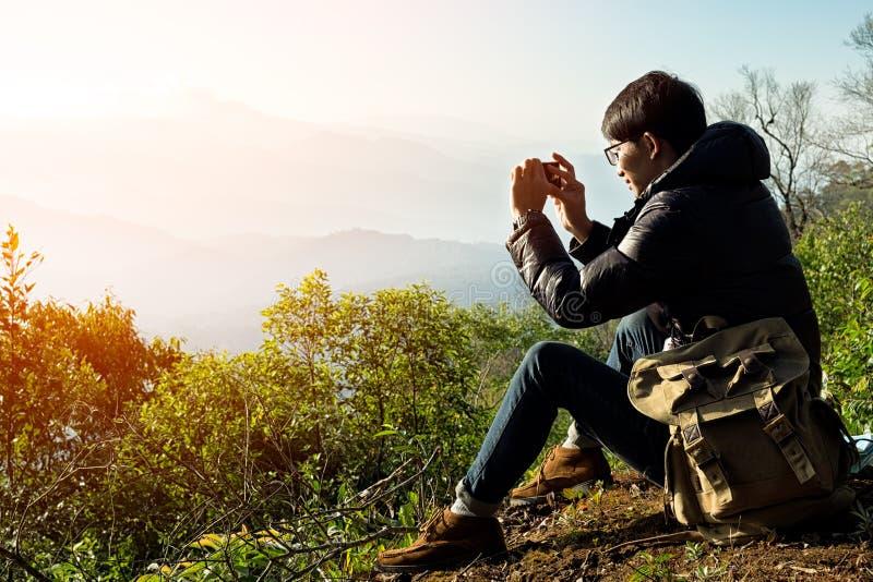Équipez le voyageur avec l'appareil-photo et le sac à dos intelligents de téléphone image libre de droits
