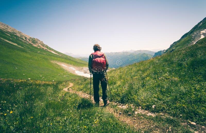 Équipez le voyageur avec le sac à dos augmentant le mode de vie extérieur de voyage photo libre de droits
