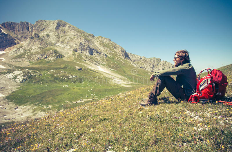 Équipez le voyageur avec le sac à dos détendant le concept extérieur de mode de vie de voyage photos libres de droits