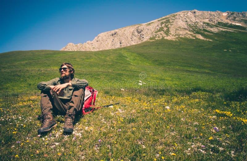 Équipez le voyageur avec le sac à dos détendant le concept extérieur de mode de vie de voyage photographie stock