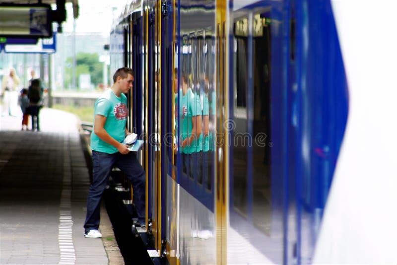 Équipez les étapes dedans à la gare Utrecht, Hollande, Pays-Bas photographie stock libre de droits