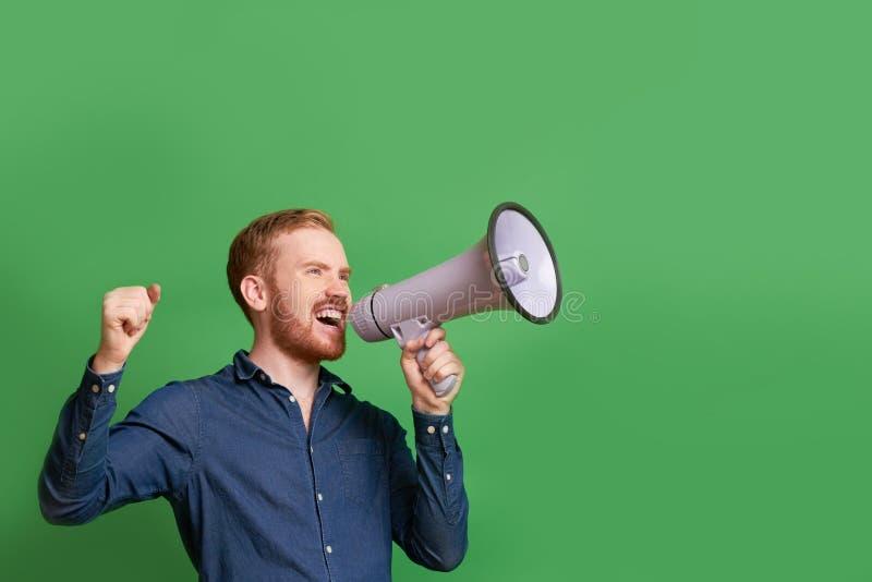 Équipez les cris dans le mégaphone photos libres de droits