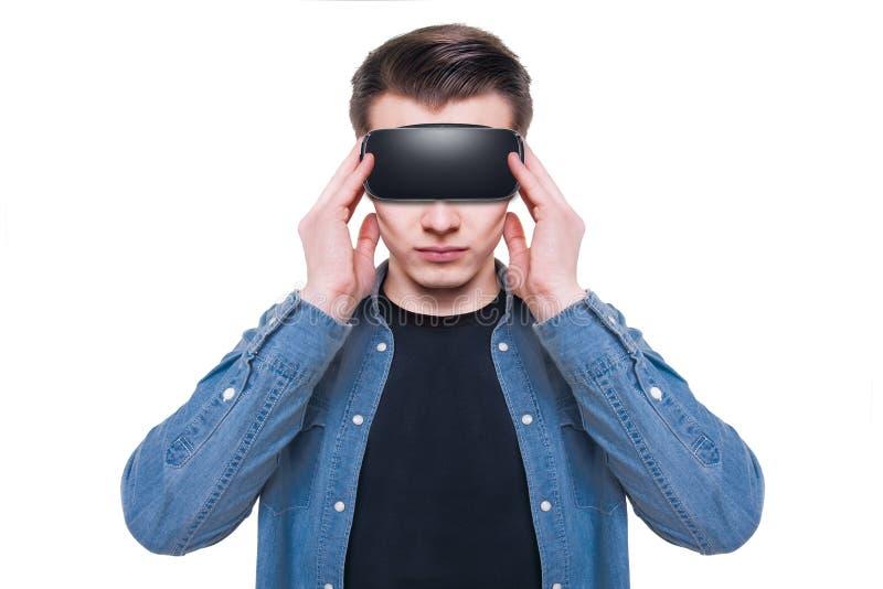 Équipez les lunettes de port de réalité virtuelle d'isolement sur le fond blanc images stock