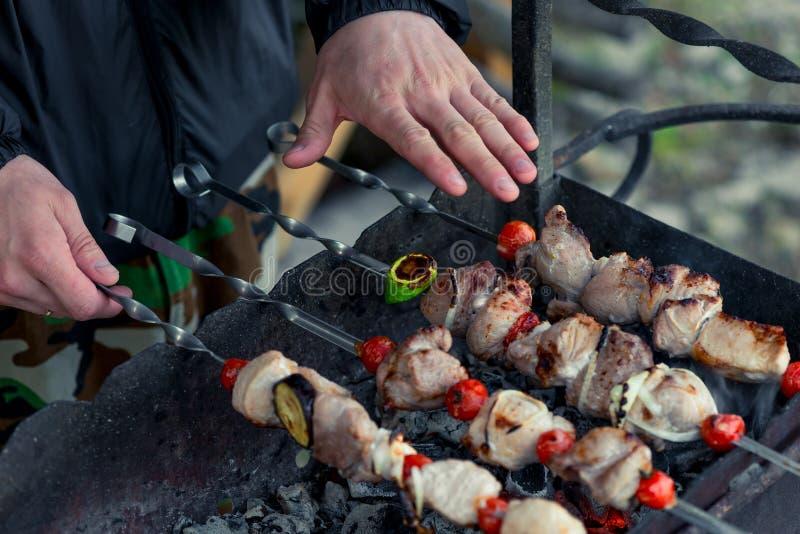 Équipez les mains du ` s avec un barbecue sur le gril images libres de droits