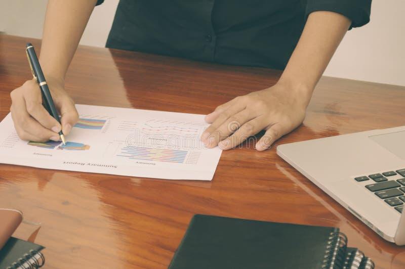 Équipez les mains fonctionnant avec l'ordinateur portable, téléphone, bloc-notes images stock