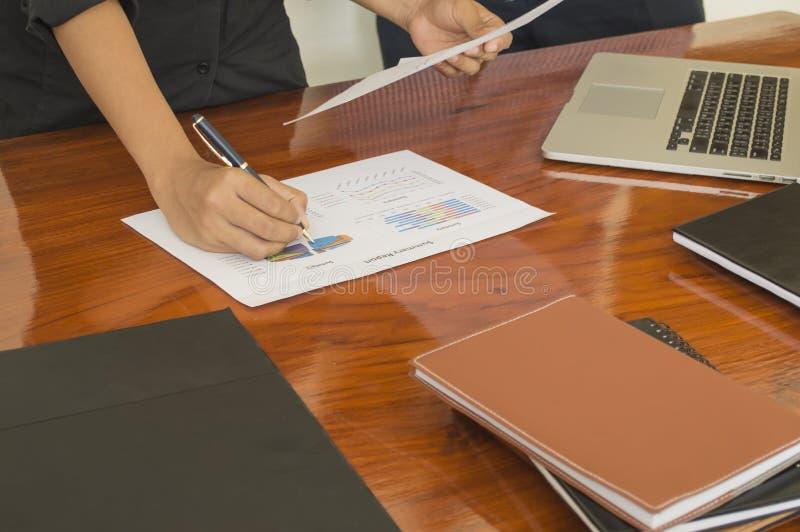 Équipez les mains fonctionnant avec l'ordinateur portable, téléphone, bloc-notes photographie stock