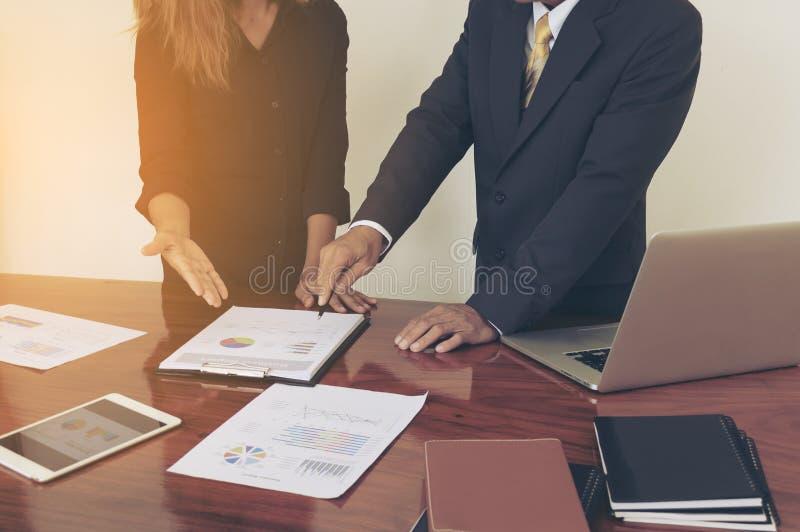 Équipez les mains fonctionnant avec l'ordinateur portable, téléphone, bloc-notes images libres de droits