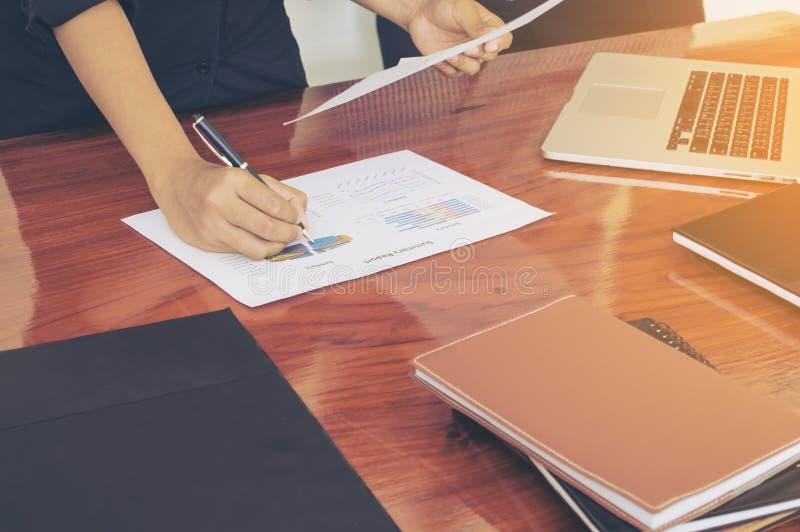 Équipez les mains fonctionnant avec l'ordinateur portable, téléphone, bloc-notes photographie stock libre de droits