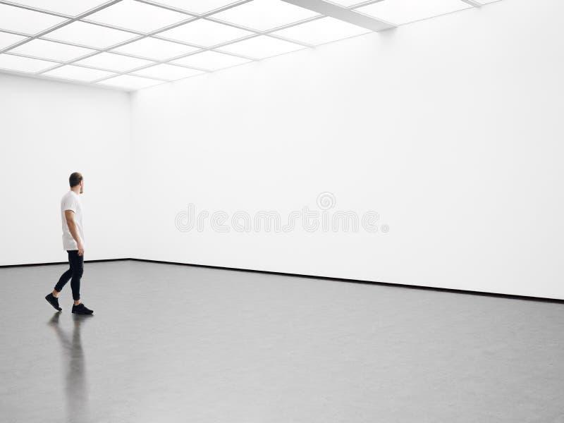 Équipez les promenades sur le hall d'exposition et examinez a photos stock