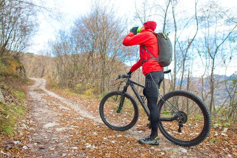 Équipez les repos et les boissons faisants du vélo de montagne de la cantine image stock