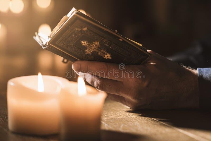 Équipez lire la Sainte Bible et la prière dans l'église photo libre de droits