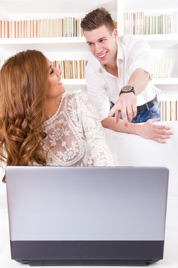 Équipez montrer quelque chose à sa jolie épouse sur un écran en leur Li images libres de droits
