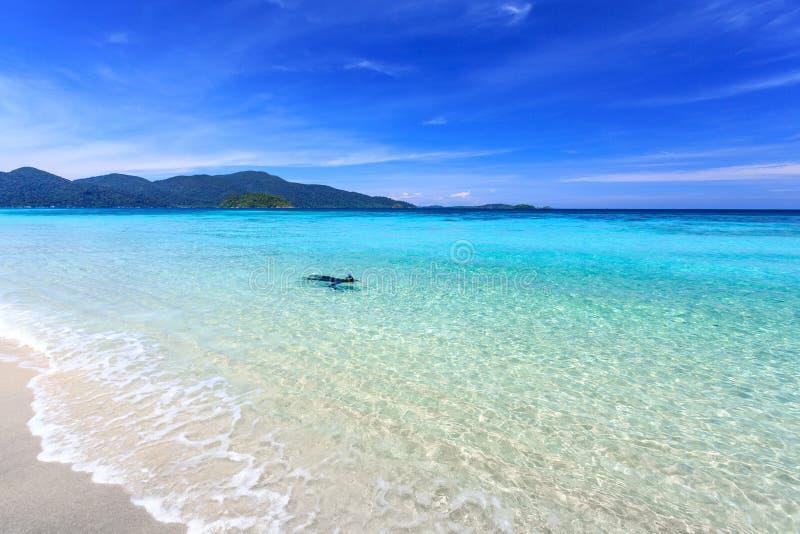 Équipez naviguer au schnorchel dans l'eau clair comme de l'eau de roche de turquoise au beac tropical photographie stock