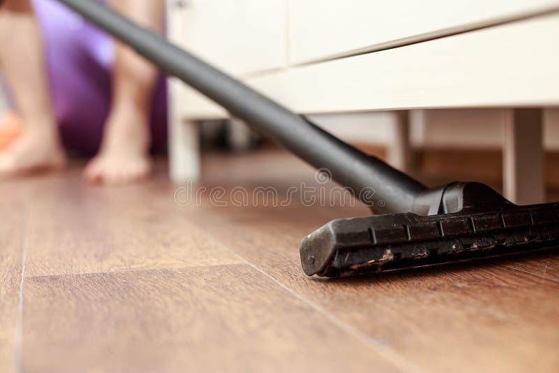 Équipez nettoyer à l'aspirateur le plancher le du plancher de maison image libre de droits
