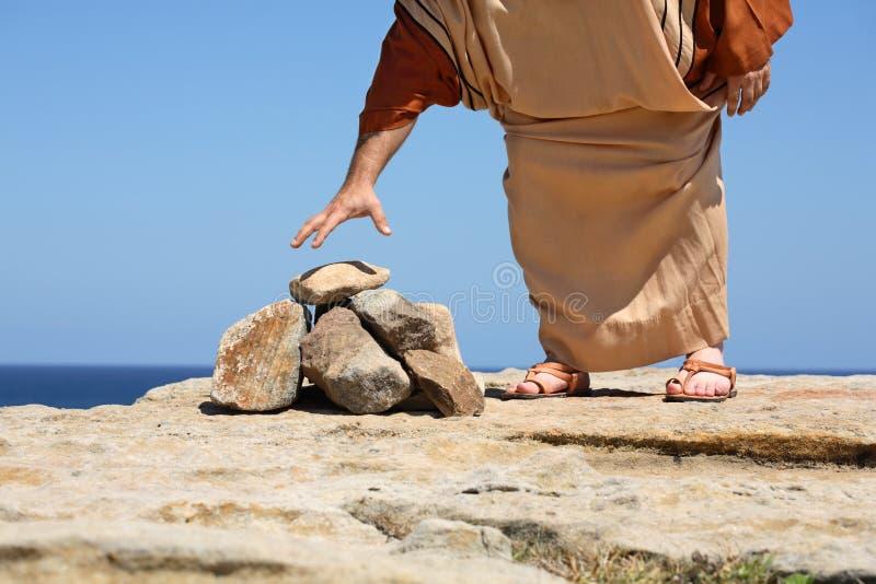 Équipez par punition de péché de concept de pierres images stock