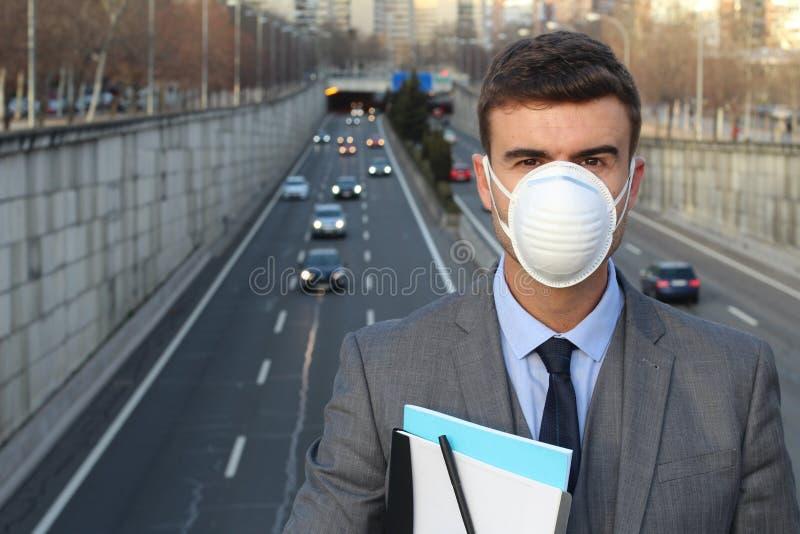 Équipez porter un masque respiratoire dans un monde pollué image stock