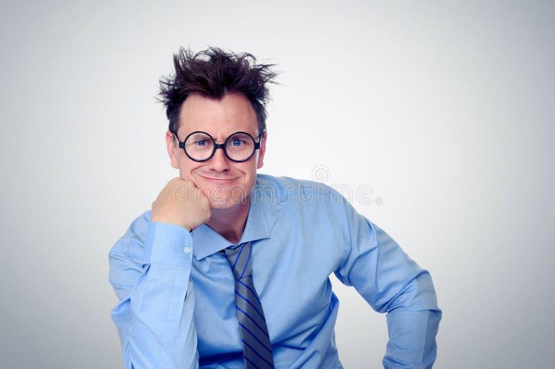 Équipez porter une cravate et des lunettes, en pensant et construisez un visage Réflexions de bureau photo libre de droits