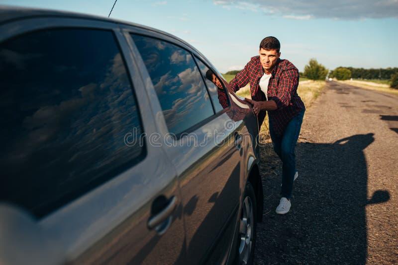 Équipez pousser la voiture cassée, véhicule avec trounble photos libres de droits