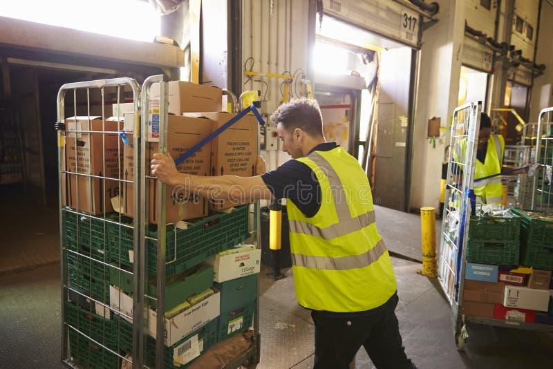Équipez pousser une cage de petit pain prête pour la livraison dans un entrepôt photographie stock libre de droits