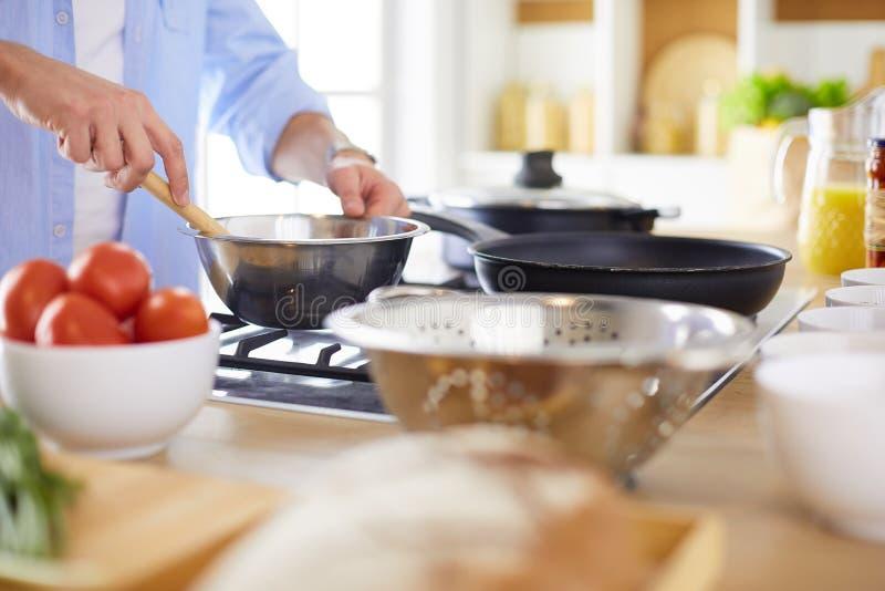 Équipez préparer la nourriture délicieuse et saine dans la cuisine à la maison photographie stock libre de droits