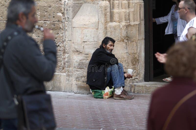 équipez prier sur une porte d'église en Majorque photos stock