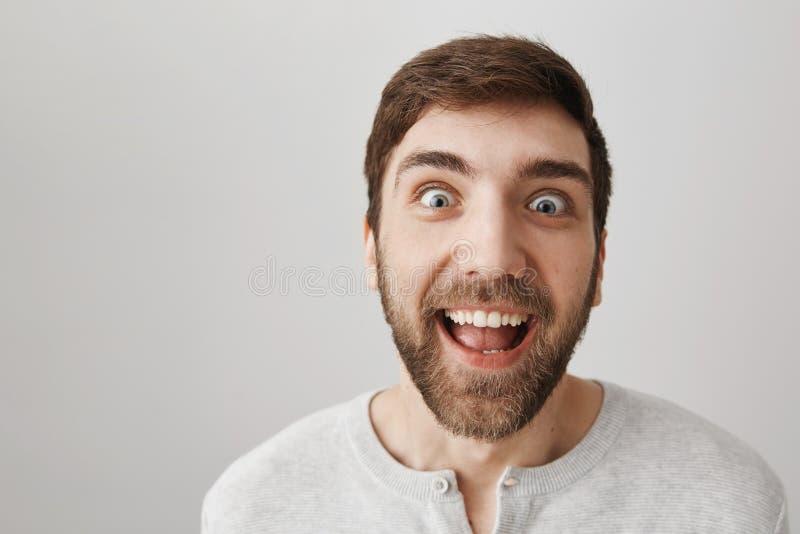 Équipez qui le poids perdu regarde avec les yeux fous des bonbons Tir de studio de type étrange drôle avec la barbe et le sourire photo libre de droits