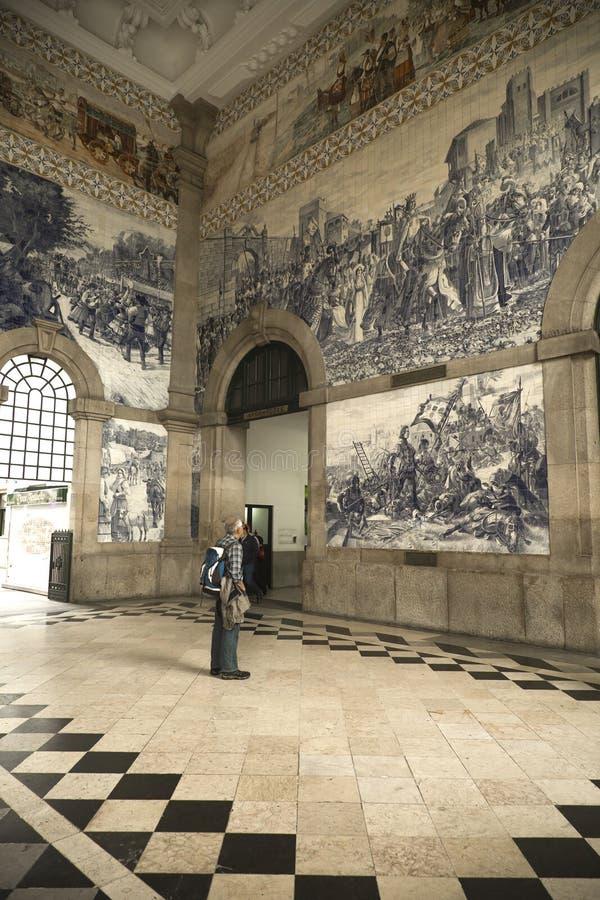 Équipez regarder des tils à la station de train à Porto, Portugal photo stock